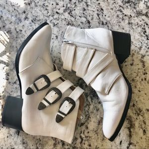 Qupid | White Western Buckle Booties